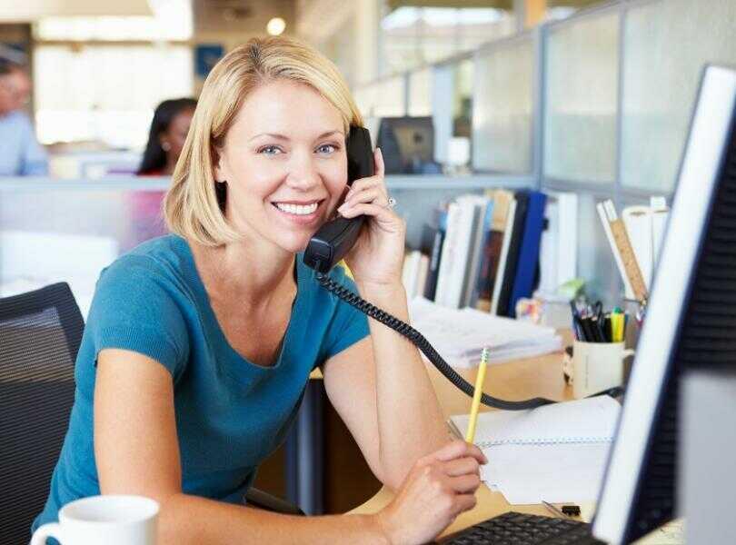 Kobieta dzwoniąca przez telefon